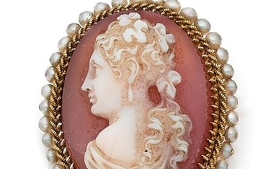 Oval brooch adorned with a white agate cameo on an orange background with a woman's bust in profile, the yellow gold setting surrounded by a twist and a row of fine stitched pearls. Late 19th century. Pin in 14 k gold. Gross weight 16 g. Dim. 3.5 x 3...