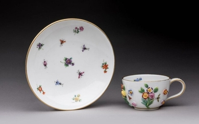 SAXE. Hard porcelain MUG and MUG BASE decorated with polychrome flowers in natural relief and insects. Marks with crossed swords. 18th century. Height of the cup 3,7 Diameter of the saucer 11,4 cm. Good condition Provenance: - public sale, Orléans, 18...