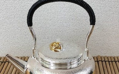 Teapot - Sterling silver and wooden boxes - A fine silver pot - Original tomobako with signature and seal 'Jungindo' 純銀堂 - Japan - Heisei period (1989-2019)