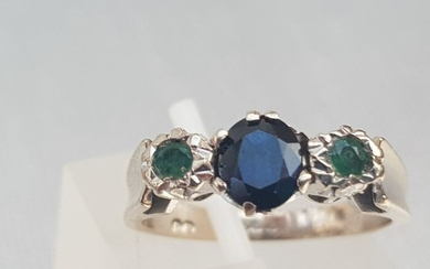 Vintage 18ct Solid & Heavy Sapphire & Twin Emerald- White Gold-ornate setting lovely sculpted - 18 kt. White gold - Ring Sapphire - Emeralds