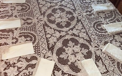 Wonderful towel with fine Venetian lace and 12 matching napkins 220 x 145 cm (13) - Linen - Late 20th century
