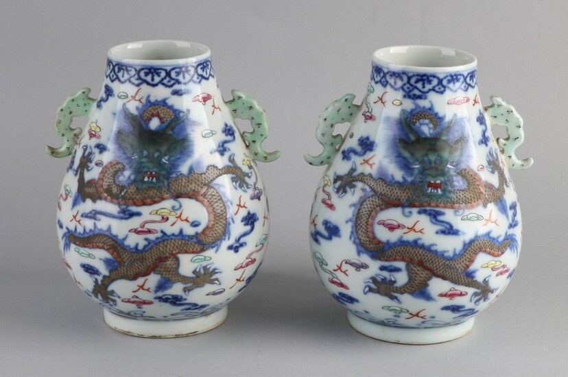 2x Chinese vases with dragon decoration