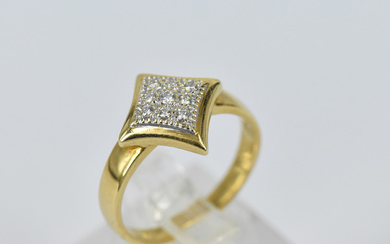 AN 18ct YELLOW GOLD RING