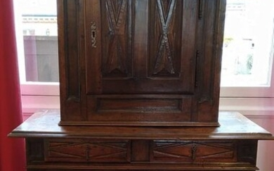 CABINET in two bodies in walnut with a strongly recessed upper body opening to one leaf in the upper body, two leaves and two drawers in belt in the lower body. Door panels with diamond point decoration and recessed jambs. Haut-Poitou, late 17th /...