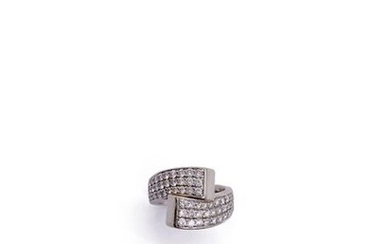 RING TOI ET MOI in 18K white gold adorned with sixty brilliant-cut diamonds. French work. Gross weight : 9,3 gr. TDD: 50 Estimated weight of diamonds: 0.80 carat approximately. A white gold and diamond ring.