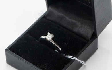 A SOLITAIRE DIAMOND RING IN 18CT WHITE GOLD, THE EMERALD CUT DIAMOND WEIGHING 0.43CT, SIZE L, 4GMS