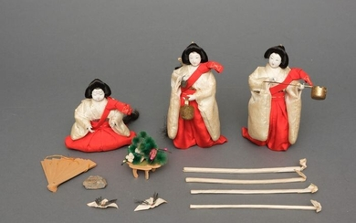 Doll (3) - Gofun, Textile - Nice set with 1 seated and 2 standing court lady dolls by the famous dollmaker Maruya Ōki Heizō - Japan - Early to mid Showa period (1926-89)