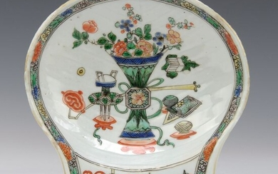 Oyster dish - similar example in the Groninger museum (1) - Famille verte - Porcelain - Vase with flowers, incense burner - China - Kangxi (1662-1722)